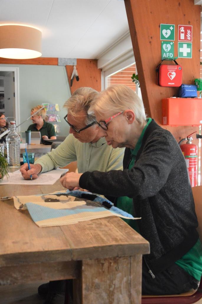 Activiteit borduren bij Inloophuis de Sociale Huiskamer